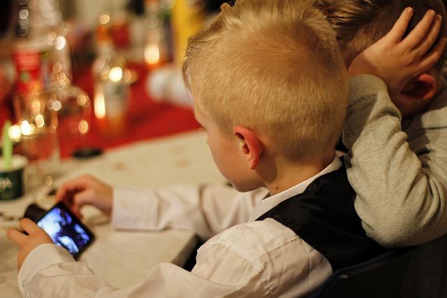 Jeder zweite Zehnjährige besitzt ein Smartphone oder Handy