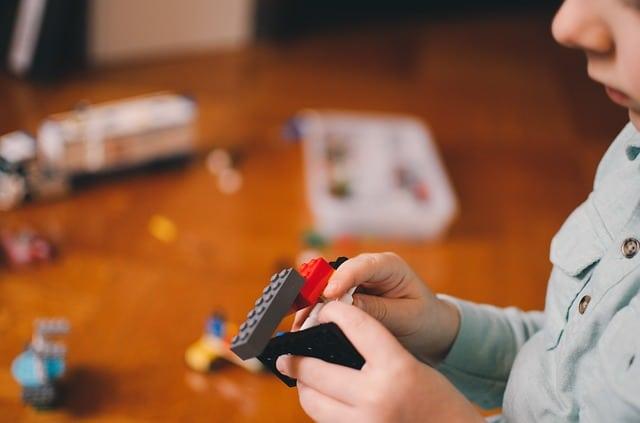 Richtiges Spielzeug fordert Kinder